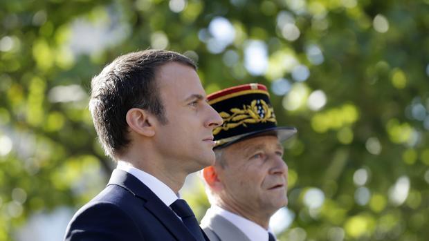 El Gobierno francés acusa de desleal al jefe del Ejército que dimitió