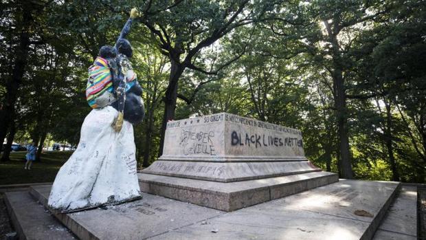Trump lamenta la retirada de «preciosas» estatuas de líderes del bando confederado
