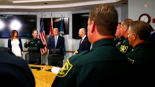 Trump apoya restringir la compra de armas en EE.UU. ante la presión popular