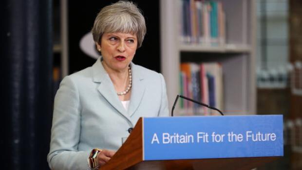 Más de 60 diputados presionan a May con una carta para que Reino Unido pueda negociar acuerdos