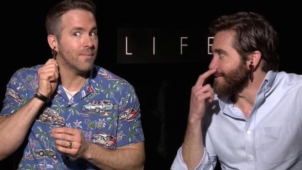 Jake Gyllenhaal y Ryan Reynolds «trollean» a un periodista en una surreal entrevista