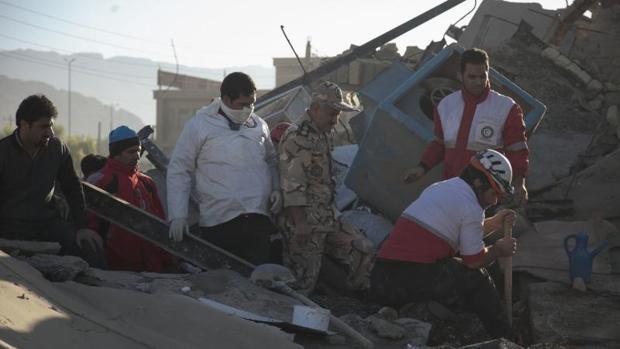 Irán busca entre los escombros a los supervivientes del peor terremoto del año