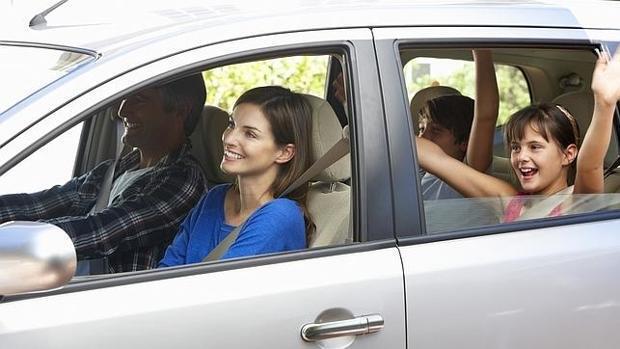 Baleares prohibirá fumar en el interior de los coches en los que viajen niños