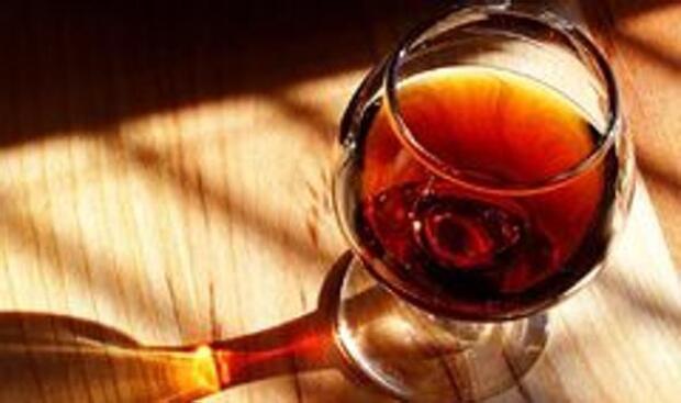 Tres de cada cinco británicos se «recompensan» con una copa de alcohol a diario por el estrés