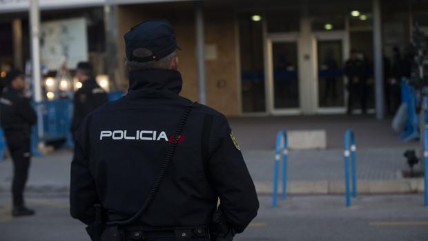 Detenidos en Palma un hombre por intentar estrangular a su pareja y ésta por acuchillarle