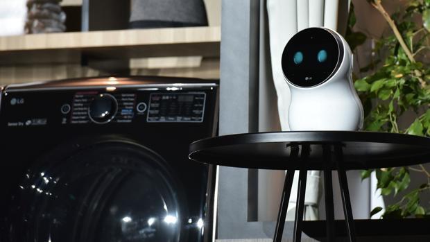 LG presenta en el CES una televisión enrollable y un robot capaz de poner una lavadora