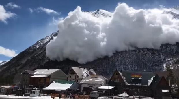 La enorme avalancha que pudo sepultar una estación de esquí
