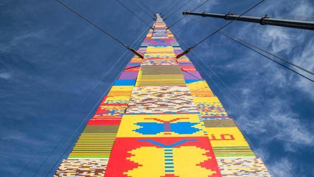 La torre Lego más alta del mundo, un homenaje a un niño muerto por cáncer