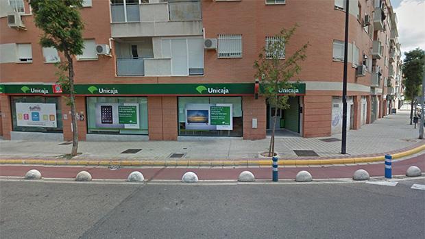 Un grupo de ciudadanos retiene a un individuo después de atracar un banco en Dos Hermanas