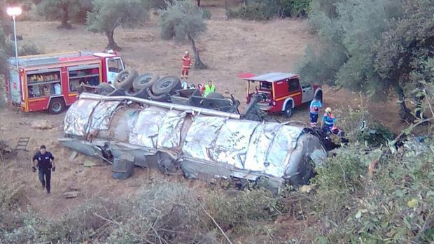 Muere el conductor de un camión tras caer por un barranco en Aracena (Huelva)