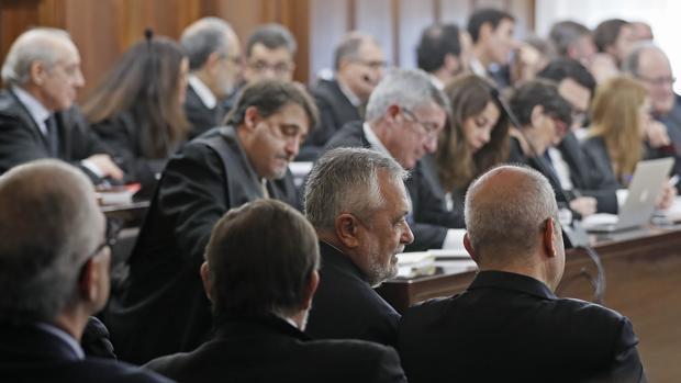 Defensas de los ex altos cargos piden suspender el juicio del caso ERE para rebatir a las acusaciones