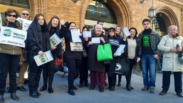 Familias embargadas por el impuesto de sucesiones llevan su protesta ante la Consejería de Hacienda