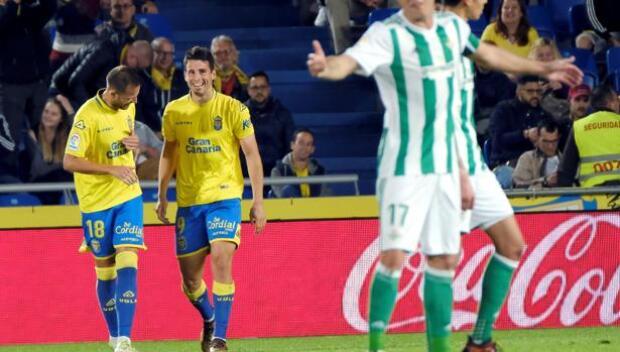 El Betis lanza un salvavidas a Las Palmas
