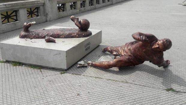 Le cortan las piernas a la estatua de Messi en Argentina