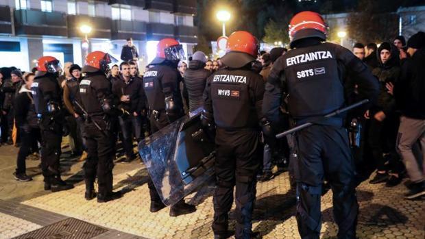 Cinco detenidos y un ertzaina herido tras una batalla campal entre hinchas de la Real y el Zenit