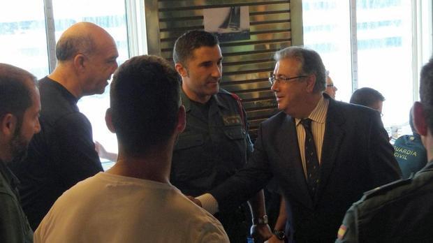 Zoido viaja por sorpresa a Gerona a apoyar a la Policía y a la Guardia Civil
