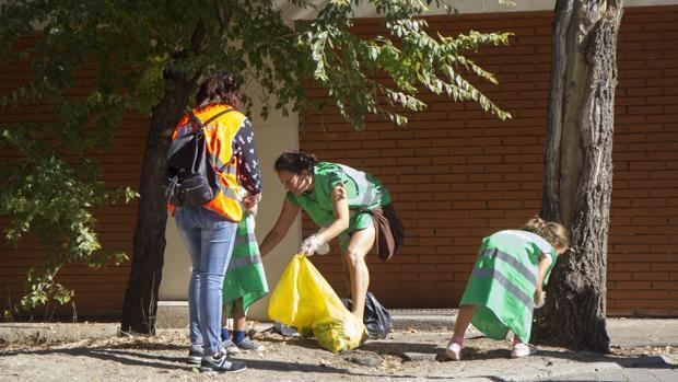 La brigada vecinal de limpieza vuelve a las calles de la Alameda de Osuna