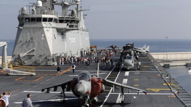 Largas colas en Valencia para visitar el buque más grande de la Armada Española