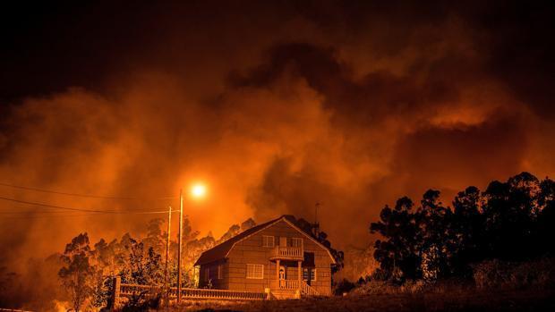 El fuego corta la circulación de trenes en puntos de Pontevedra y Lugo