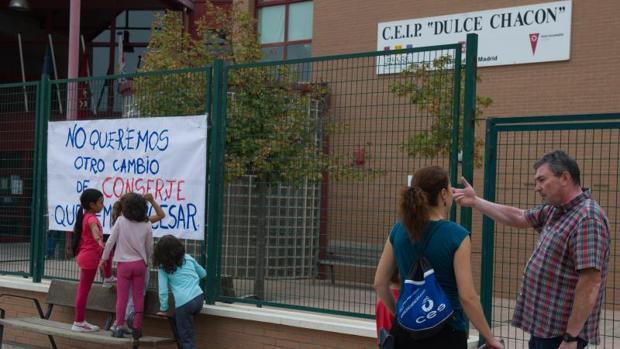 «El Dioni de Rivas»: expulsan de un colegio a un conserje por quedarse dinero de los niños para el comedor