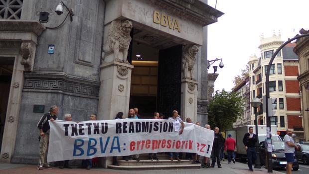 Concentración en la sede bilbaína del BBVA para pedir la readmisión del etarra arrepentido «Txetxu»