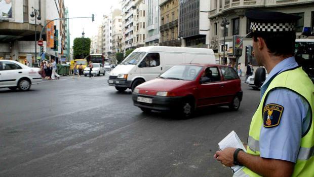 Una conductora da positivo en un test de drogas después de arrollar a un policía de tráfico en Valencia