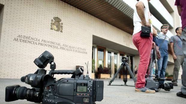 Condenan a un hombre por intentar matar a su hija de dos años y a la madre de la niña por omisión