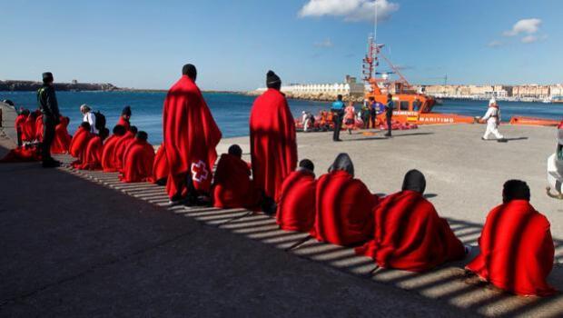 Mueren ahogados tres inmigrantes al volcar su patera en la costa de Ceuta