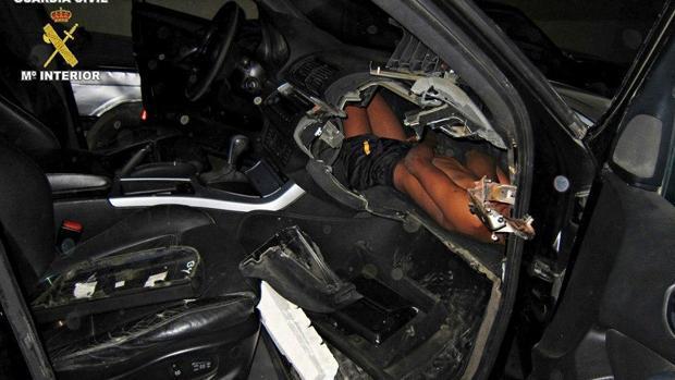 Detenido en Melilla por llevar a un niño de 12 años oculto en el salpicadero de su coche