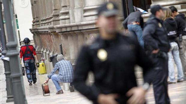 Un agente de la Policía Nacional fuera de servicio evita un homicidio cuando cenaba en un bar con su familia