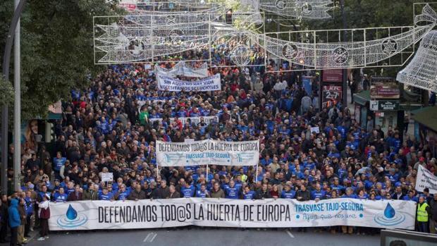 Miles de regantes de Alicante, Murcia y Almería reclaman en la calle una solución para el agua