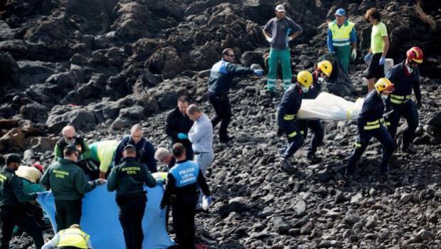 Al menos seis inmigrantes muertos tras encallar una patera junto a la costa de Lanzarote