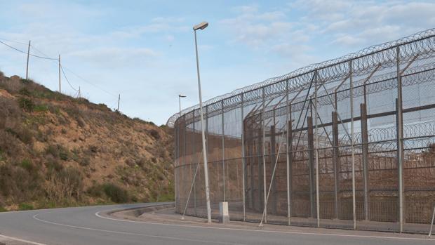 La Policía impide que 350 inmigrantes salten la valla fronteriza de Ceuta