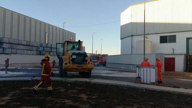 Más de cinco mil litros de ácido nítrico llegan a la vía tras una fuga en una empresa de fertilizantes de Silla