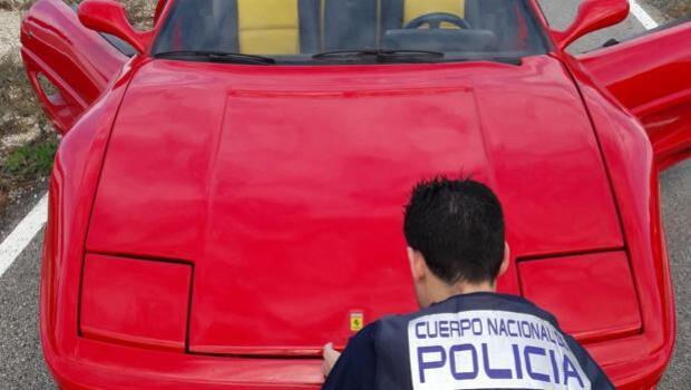 Detenido por modificar la carrocería de un coche viejo para venderlo como un Ferrari