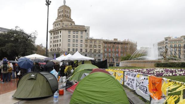Los Mossos desalojan el campamento independentista de Plaza Cataluña