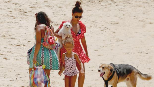Mónica Cruz se escapa a Cádiz con su hija y su madre