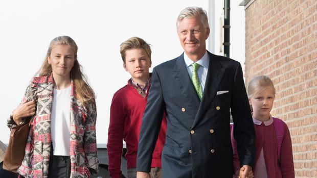 Felipe de Bélgica acompaña a sus hijos en su primer día de colegio