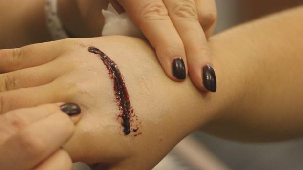 Así se hacen, paso a paso, las heridas más terroríficas para Halloween