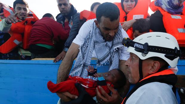 Al menos 34 inmigrantes muertos tras hundirse su embarcación en el Mediterráneo