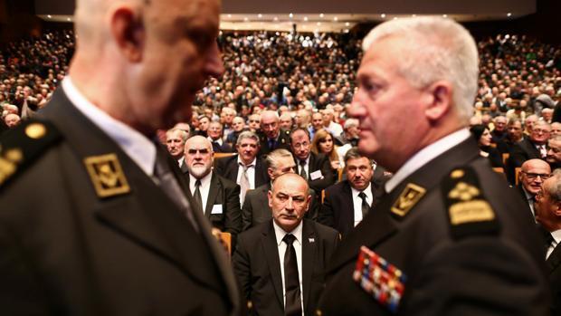 Dos ministros croatas participan en un multitudinario homenaje al criminal de guerra que se suicidó en La Haya