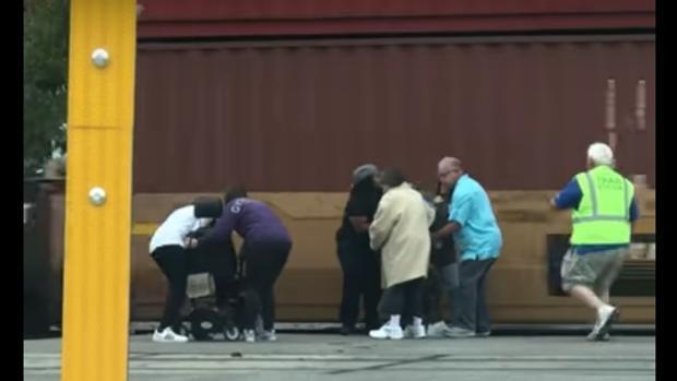 El impactante vídeo de YouTube en el que salvan a un minusválido justo antes de ser arrollado por un tren