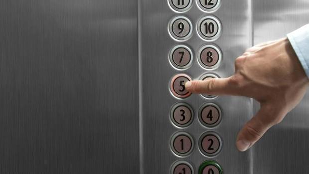 Un repartidor de comida descontento con la propina causa daños por más de mil euros en un ascensor en Gijón