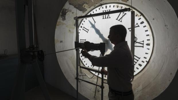 En vídeo: Así es el trabajo del encargado de cambiar la hora en un centenar de relojes municipales de Sevilla