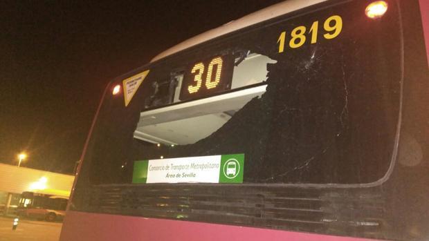 Vuelven a apedrear un autobús de Tussam tras levantar las restricciones en las Tres Mil