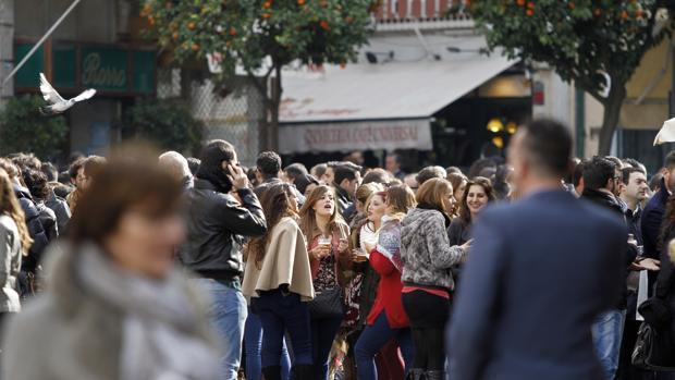 El Ayuntamiento de Sevilla impedirá beber en la calle durante la Semana Santa