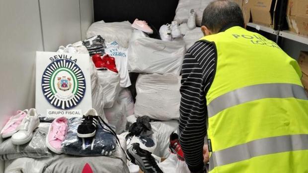 La Policía desmonta una red de venta de prendas falsificadas en el mercadillo del Parque Alcosa de Sevilla