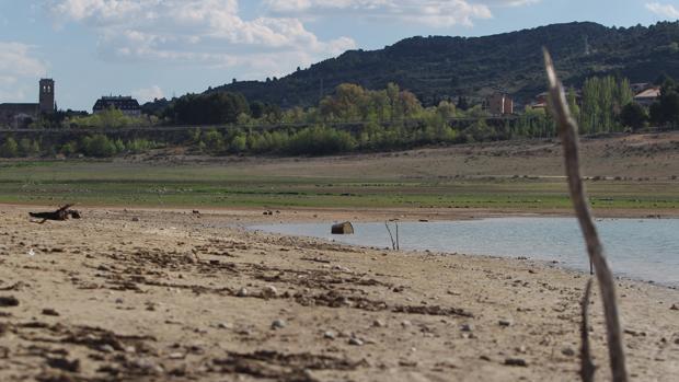 La bajada del pantano de Entrepeñas que destroza el turismo de los pueblos de Guadalajara