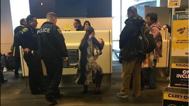 Expulsan a una mujer de un avión por negarse a dejar de dar el pecho a su bebé