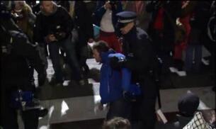La policía desaloja a los 'indignados' de Londres